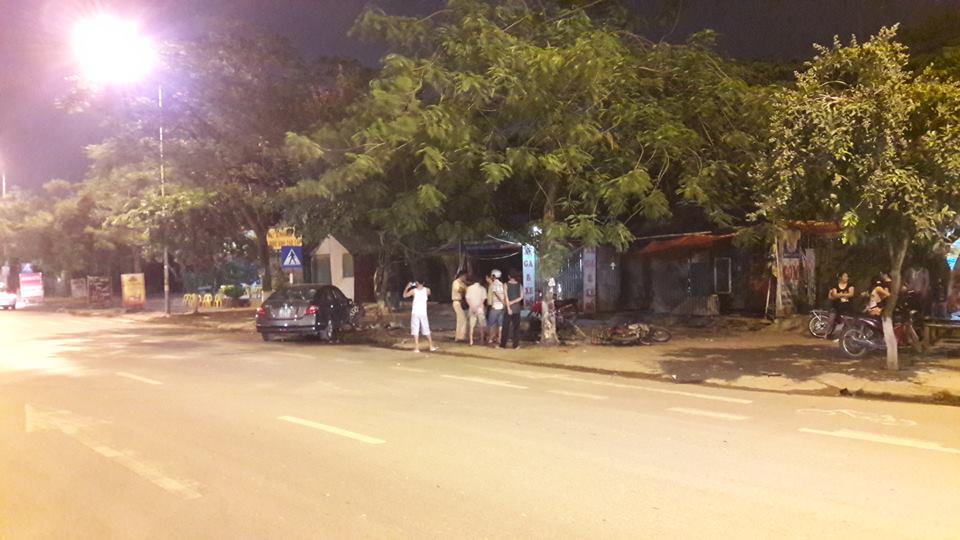 Vụ tai nạn đã thu hút sự chú ý của không ít người đi đường cũng như người dân sống xung quanh khu vực. Lực lượng chức năng sau đó đã có mặt tại hiện trường vụ tai nạn để điều tra, làm rõ.