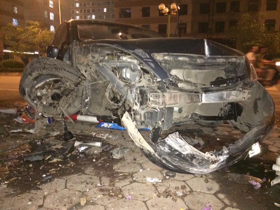 Tại hiện trường vụ tai nạn, chiếc Nissan Teana bị hư hỏng nặng. Toàn bộ cản va và lưới tản nhiệt của chiếc Nissan Teana đều bị bung ra. Phần vỏ xe bên sườn phải cũng chịu chung số phận. Trong khi đó, bánh trước bên phải của chiếc Nissan Teana long ra khỏi xe.