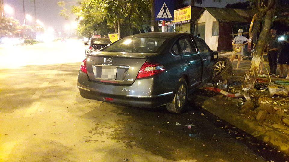 Hậu quả là 1 người đang ngồi uống nước trên vỉa hè đã bị thương vì bị xe máy văng vào người.