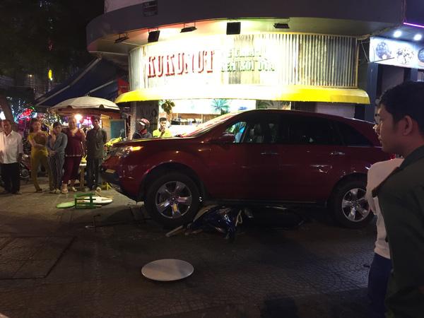 Một chiếc xe máy bị Acura MDX cuốn vào gầm.