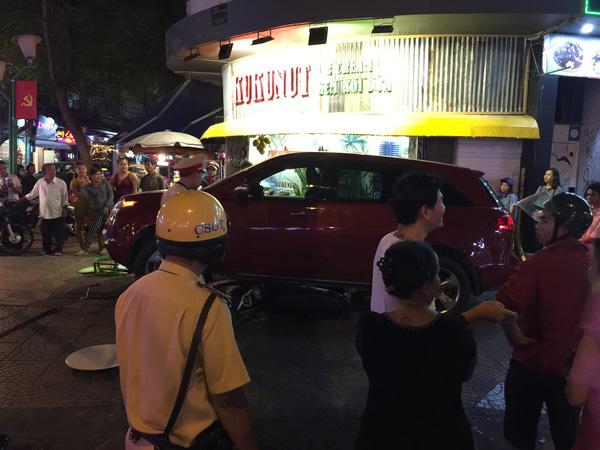 Cảnh sát giao thông có mặt tại hiện trường vụ tai nạn.