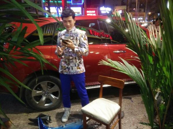Nam ca sỹ Quách Thành Danh tại hiện trường vụ tai nạn.
