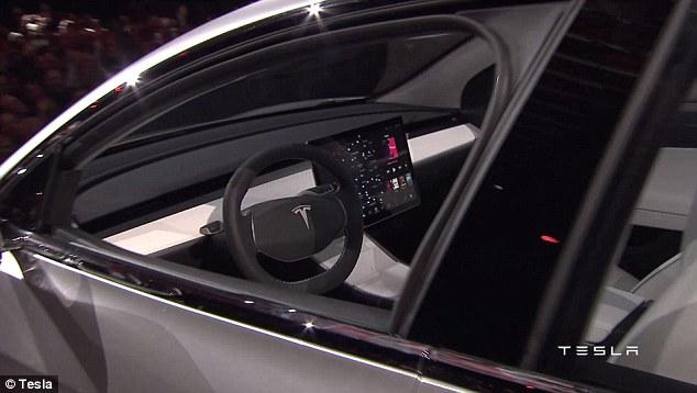 Bên trong Tesla Model 3 là không gian nội thất kết hợp giữa cả Model S lẫn Model X. Tuy nhiên, Tesla Model 3 được trang bị hệ thống thông tin giải trí tốt hơn với màn hình lớn nhất từ trong làng công nghiệp ô tô thế giới.