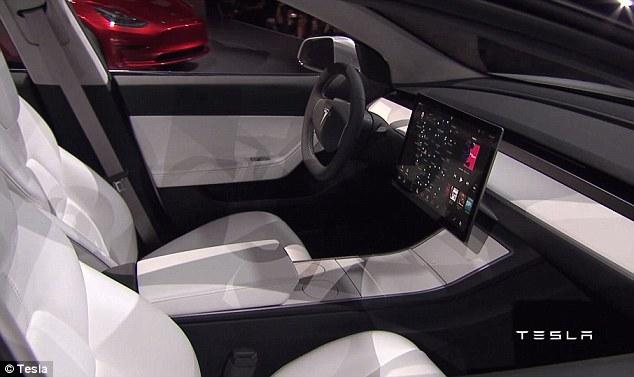 Màn hình hệ thống thông tin giải trí của Tesla Model 3 kéo dài từ bảng táp-lô xuống vịn tay trung tâm. Thậm chí, màn hình hệ thống thông tin giải trí của Tesla Model 3 còn giống loại 4K chuyên dùng cho các nhà thiết kế đồ họa.