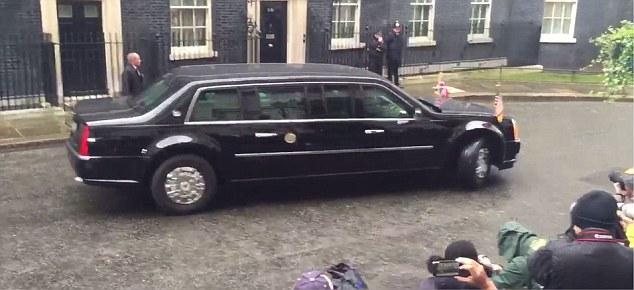 Chiếc limousine chống đạn quay dầu dễ dàng trên phố Downing Street.
