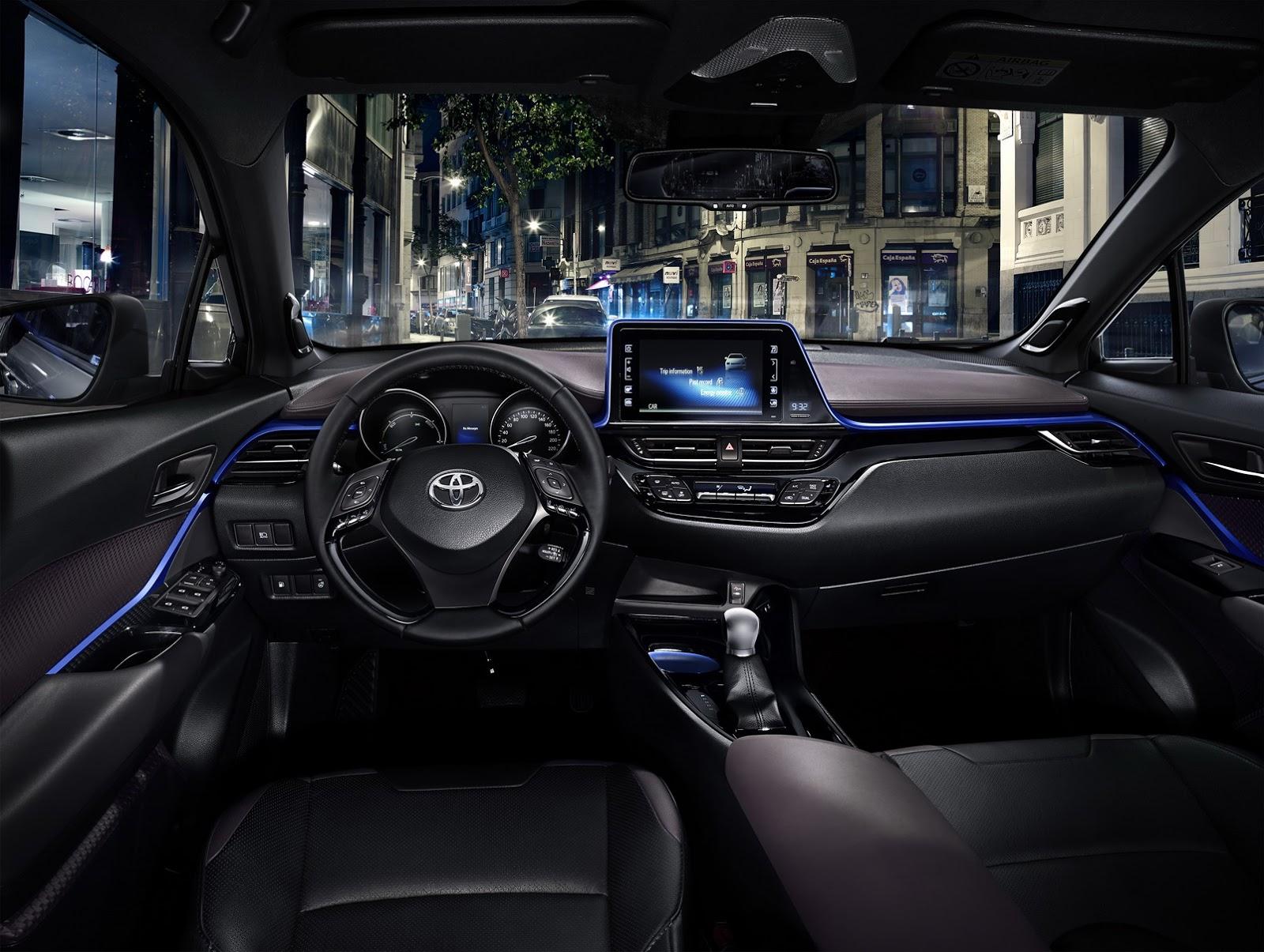 Mãi đến nay, thiết kế nội thất của Toyota C-HR mới được hé lộ. Trước đó, trong triển lãm Geneva 2016, Toyota C-HR đã được trưng bày với kính màu đen khiến thiết kế nội thất vẫn là bí ẩn lớn.