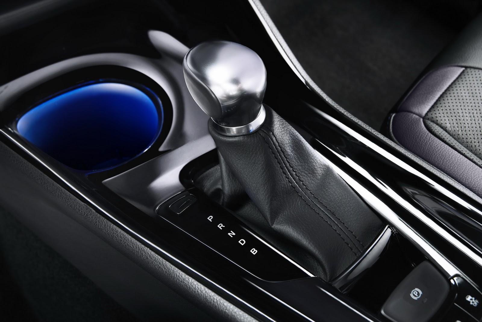 Ngoài ra, Toyota C-HR còn các phụ kiện trang trí màu đen và bạc tạo cảm giác cao cấp.