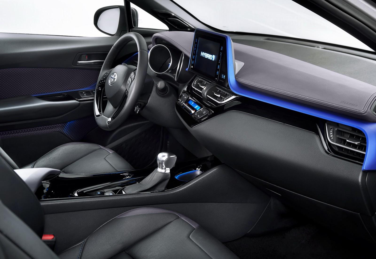 Khi mua Toyota C-HR, khách hàng có thể chọn 1 trong 3 cách phối màu nội thất là xám tối, đen - xanh dương và đen - nâu.
