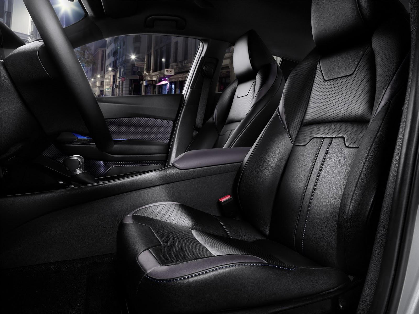 Bên cạnh đó là một số tính năng có sẵn như ghế sưởi ấm, cửa mở không cần chìa khóa, kính bảo mật, ghế bọc da một phần, hệ thống hỗ trợ đỗ xe thông minh S-IPA, la-zăng hợp kim 18 inch, sơn ánh kim 2 tông màu cùng dàn âm thanh JBL với 8 kênh, âm-ly 576 W và 9 loa.
