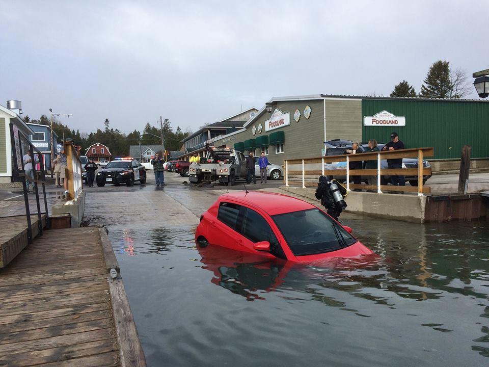 Ngâm nước lâu như vậy, chắc chắn chiếc Toyota Yaris đã bị hư hỏng hoàn toàn và không thể sửa chữa nữa. Hi vọng cô gái đã mua bảo hiểm cho chiếc Toyota Yaris của mình.
