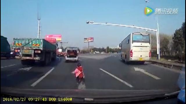 Bé gái rơi từ xe Van xuống đường.