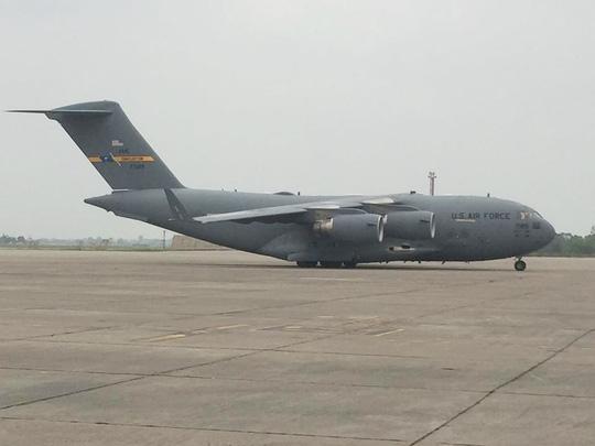 Máy bay vận tải hạng nặng Boeing C-17 Globemaster III hạ cánh xuống sân bay Nội Bài...