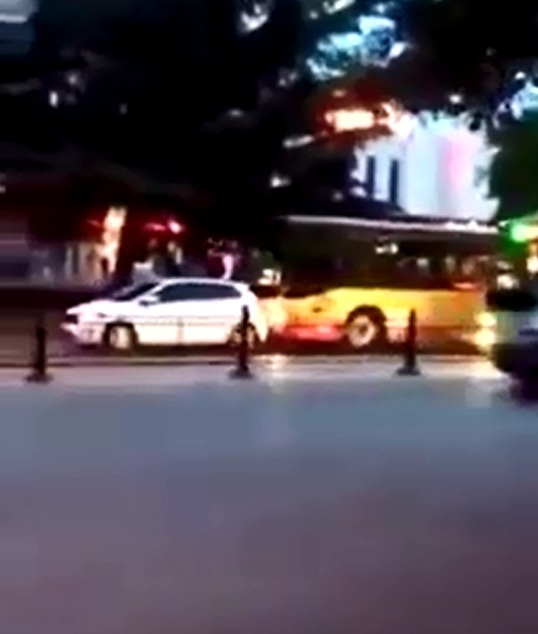 Chiếc xe buýt húc đuôi ô tô con.