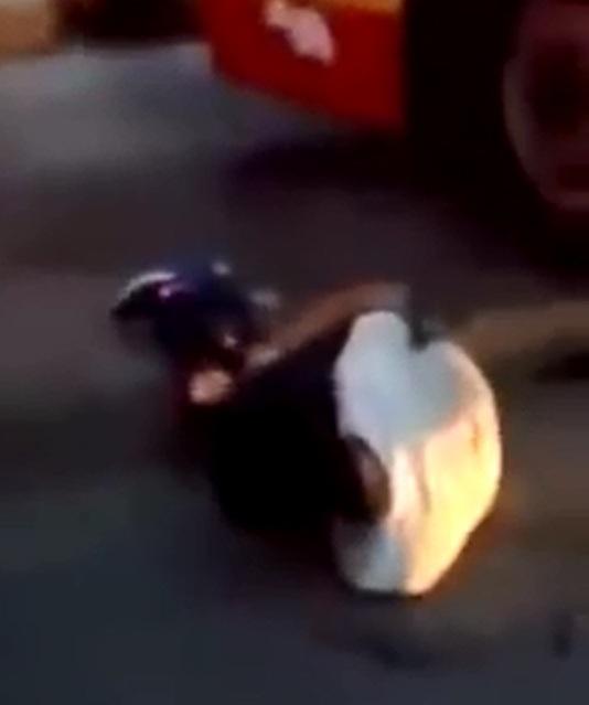 Người lái ô tô con bị gãy chân, nằm tại hiện trường sự việc.