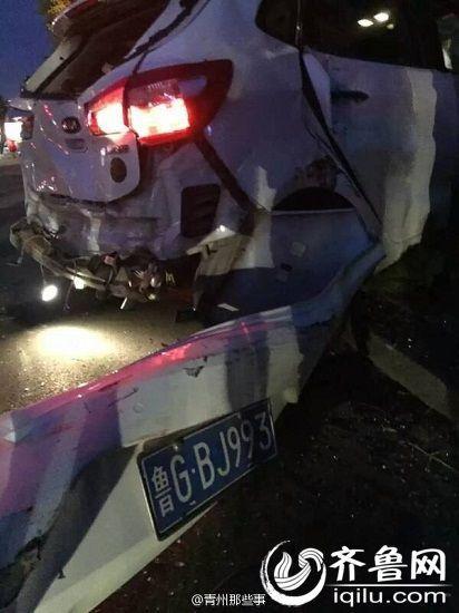 Chiếc ô tô con bị hư hỏng nặng và rời hiện trường bằng xe cứu hộ.