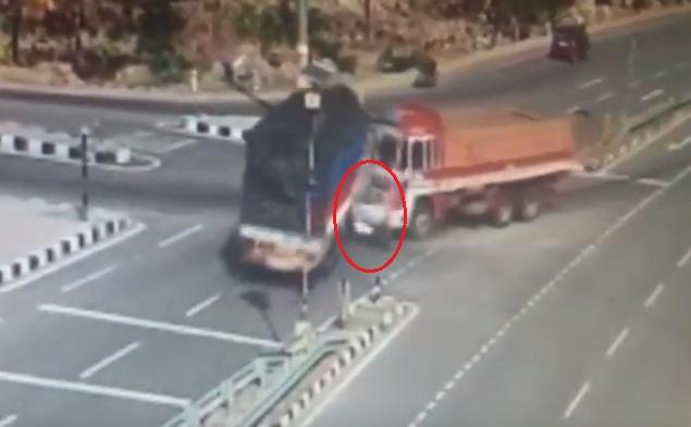 Ô tô con bị đẩy vào giữa 2 xe tải...