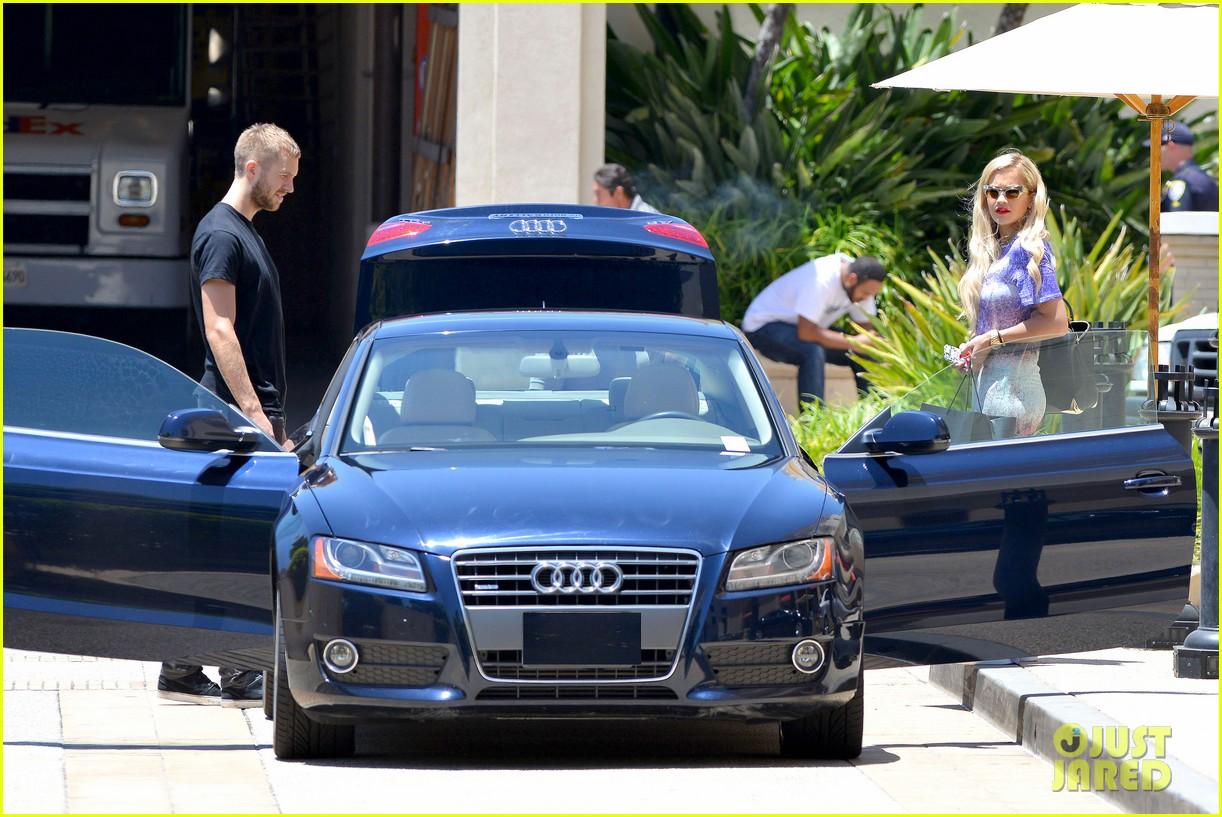 Calvin Harris và bạn gái cũ Rita Ora bên chiếc xe sang Audi.
