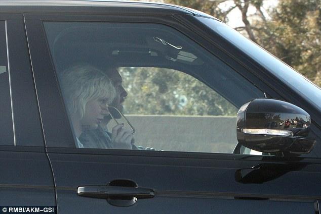 Taylor Swift ngồi trên ghế phụ lái trong chiếc SUV hạng sang của bạn trai cũ.