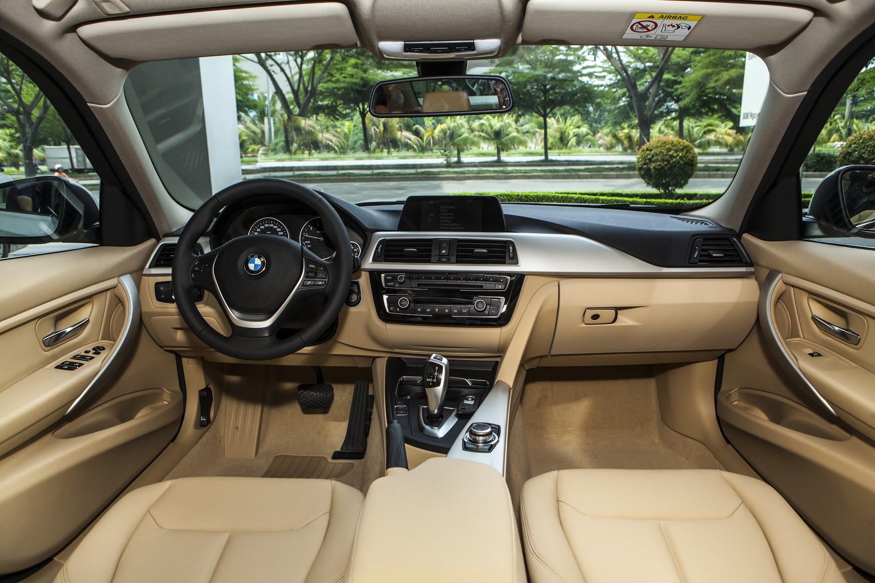 Nội thất bên trong BMW 320i mang lại cảm giác lịch sự, trang trọng.