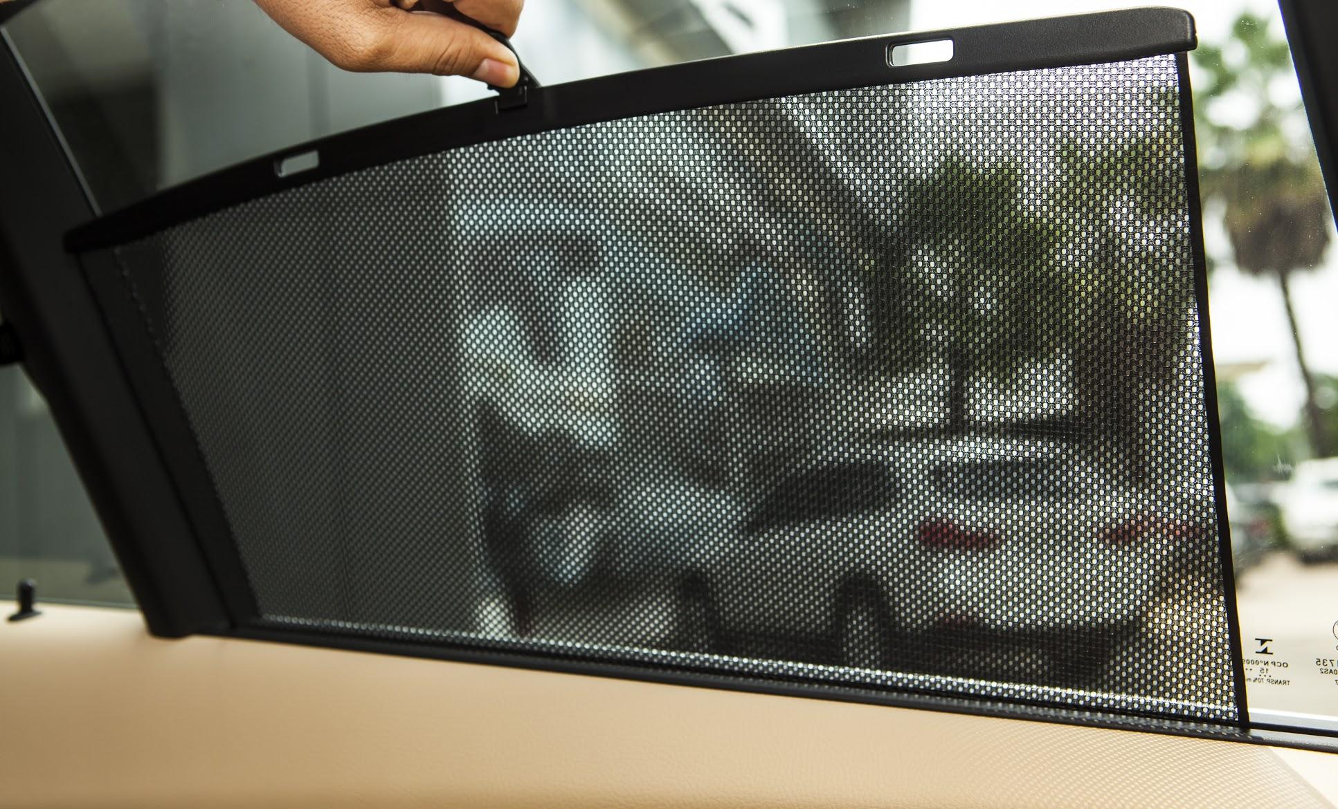 Màn che nắng cho cửa sổ hàng ghế sau trên BMW 320i phiên bản 100 năm.