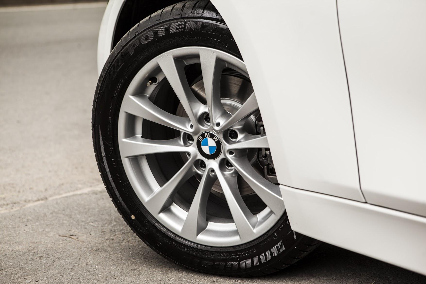 BMW 320i phiên bản 100 năm cho khách hàng Việt được trang bị vành 10 chấu với kích thước 17 và lốp run-flat của Bridgestone.