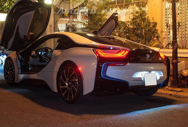 So với 2 chiếc đầu tiên thuộc sở hữu của thiếu gia Phan Thành và bà chủ quán cà phê siêu xe tại quận 7, BMW i8 này sở hữu đầy đủ tùy chọn nhất với các đường viền xanh xuất hiện ở lưới tản nhiệt phía trước, bên hông, đuôi xe và trên vô lăng.