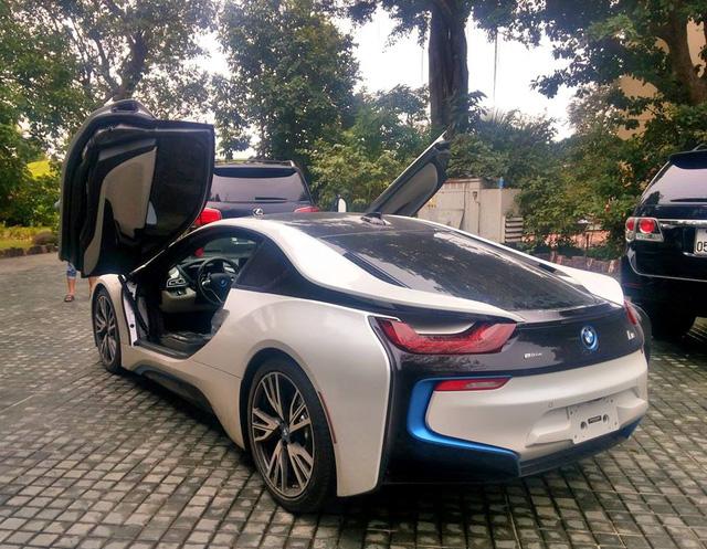 BMW i8 của thiếu gia 9X tại Quảng Bình sở hữu ngoại thất trắng muốt cùng những tùy chọn ấn tượng như đường viền xanh ở lưới tản nhiệt phía trước, bên hông và đuôi xe cùng la-zăng 5 chấu kép thể thao. Ảnh: Xuân Thành