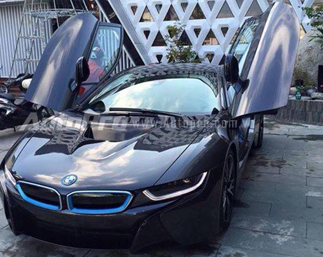 Được biết, chủ nhân của chiếc BMW i8 đầu tiên tại đất mũi Cà Mau là một người trong ngành giải trí. Số tiền trước bạ để tay chơi này đập hộp siêu xe hàng hot được đồn đoán vào khoảng 6 tỷ Đồng.