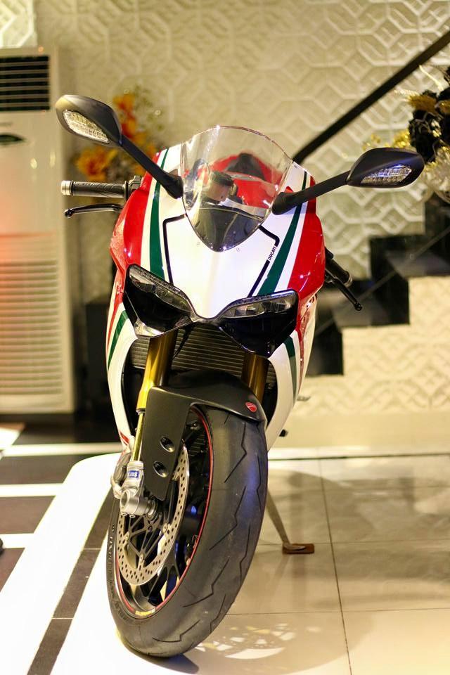 Chiếc siêu mô tô Ducati 1199 Panigale S Tricolore thu hút khá nhiều sự chú ý với bộ áo 3 màu đỏ, trắng và xanh tương tự quốc kỳ Ý. Bên cạnh đó là nhiều đồ chơi cao cấp tiêu chuẩn theo xe như bộ mâm Marchesini, giảm xóc trước/ sau của Ohlins và hệ thống chống bó cứng phanh ABS.