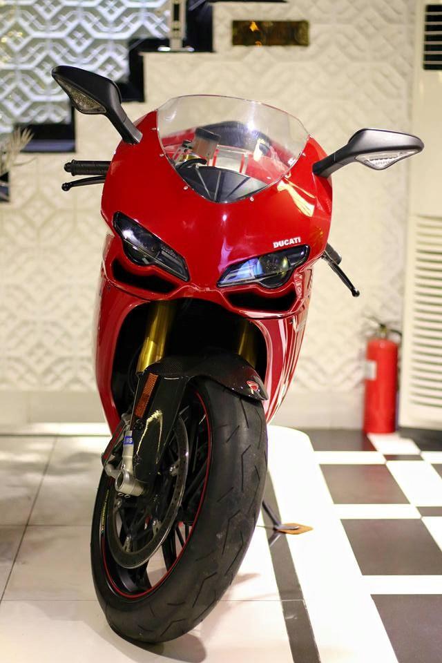 Ducati 1198SP từng là chiếc siêu mô tô mạnh mẽ nhất của nhãn hiệu đến từ Ý khi được giới thiệu vào năm 2011 nhằm thay thế phiên bản S. Ducati 1198SP sử dụng khối động cơ Desmodromic, V-Twin, dung tích 1.198 phân khối, sản sinh công suất tối đa 170 mã lực tại vòng tua máy 9.750 vòng/phút và mô-men xoắn cực đại 132 Nm.