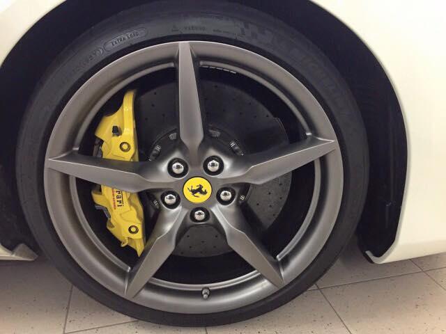 Đối lập với ngoại thất trắng muốt là la-zăng 5 chấu đơn thể thao được sơn màu đen mờ kết hợp với cùm phanh màu vàng tạo nên điểm nhấn ấn tượng cho siêu xe đến từ Ý.