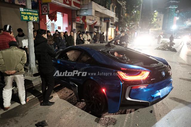 Chỉ còn vài ngày là đến Tết thì chiếc BMW i8 lại gây tai nạn kinh hoàng.
