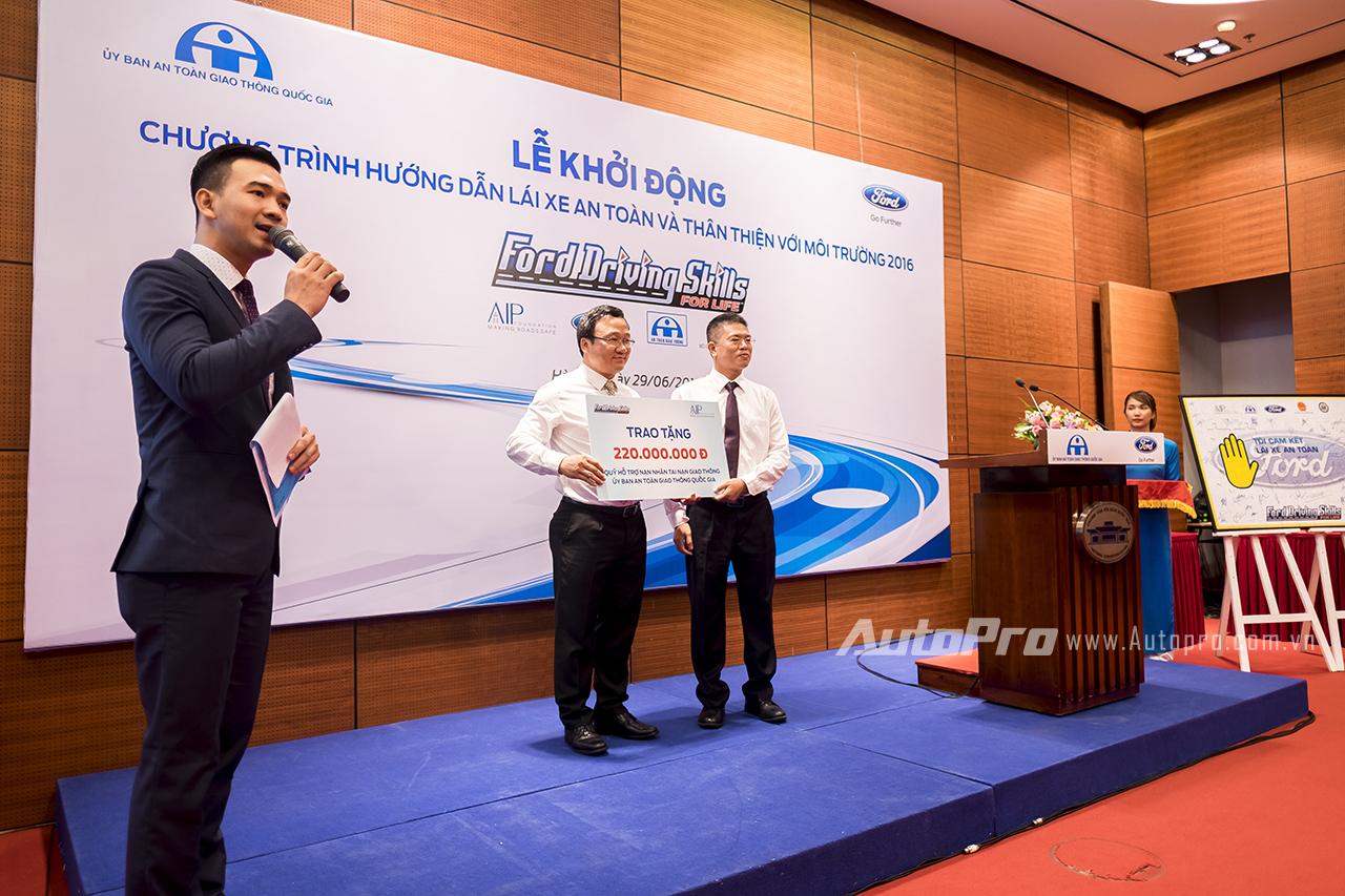 Ông Phạm Văn Dũng trao tặng 220 triệu đồng cho chương trình Vòng Tay Nhân Ái chia sẻ nỗi đau tai nạn giao thông của Uỷ ban An toàn giao thông Quốc gia.