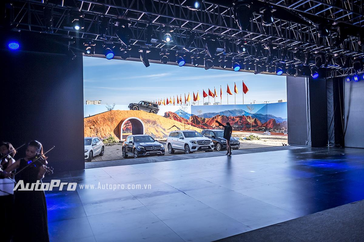 Sân địa hình để phô diễn khả năng của những chiếc xe SUV nhưng chẳng giúp được gì cho việc thể hiện slogan: Thống trị địa hình của Mercedes-Benz Fascination 2016.