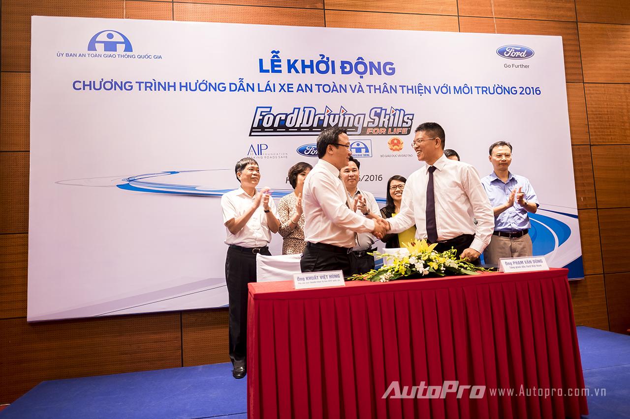 Lễ ký kết chương trình hướng dẫn lái xe an toàn và thân thiện với môi trường 2016 giữa đại diện Ford Việt Nam và Uỷ ban An toàn giao thông Quốc gia.