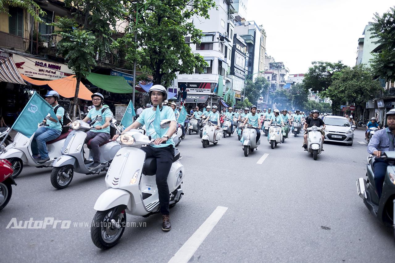 Nhân dịp kỷ niệm 70 năm ra đời của thương hiệu Vespa, gần 100 chiếc xe của câu lạc bộ những Vespa Hà Nội đã cùng nhau tập trung để diễu hành trên những chiếc xe của mình qua các tuyến phố.