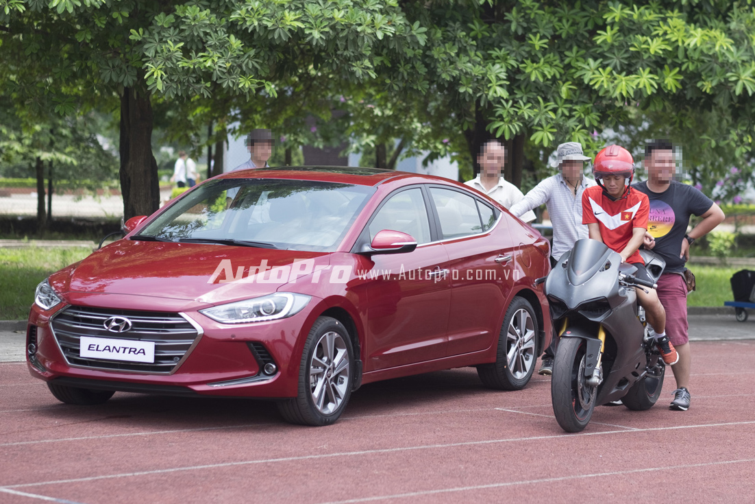 Hyundai Elantra 2016 xuất hiện cùng cầu thủ Thành Lương.