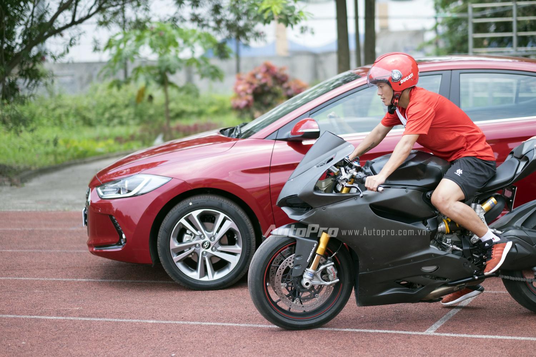 Tuy nhiên anh lại sử dụng chiếc xe phân khối lớn Ducati làm bạn diễn.