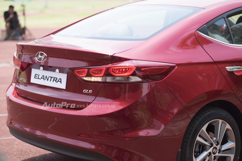 Phần đuôi xe có thiết kế khả bắt mắt của Hyundai Elantra 2016.