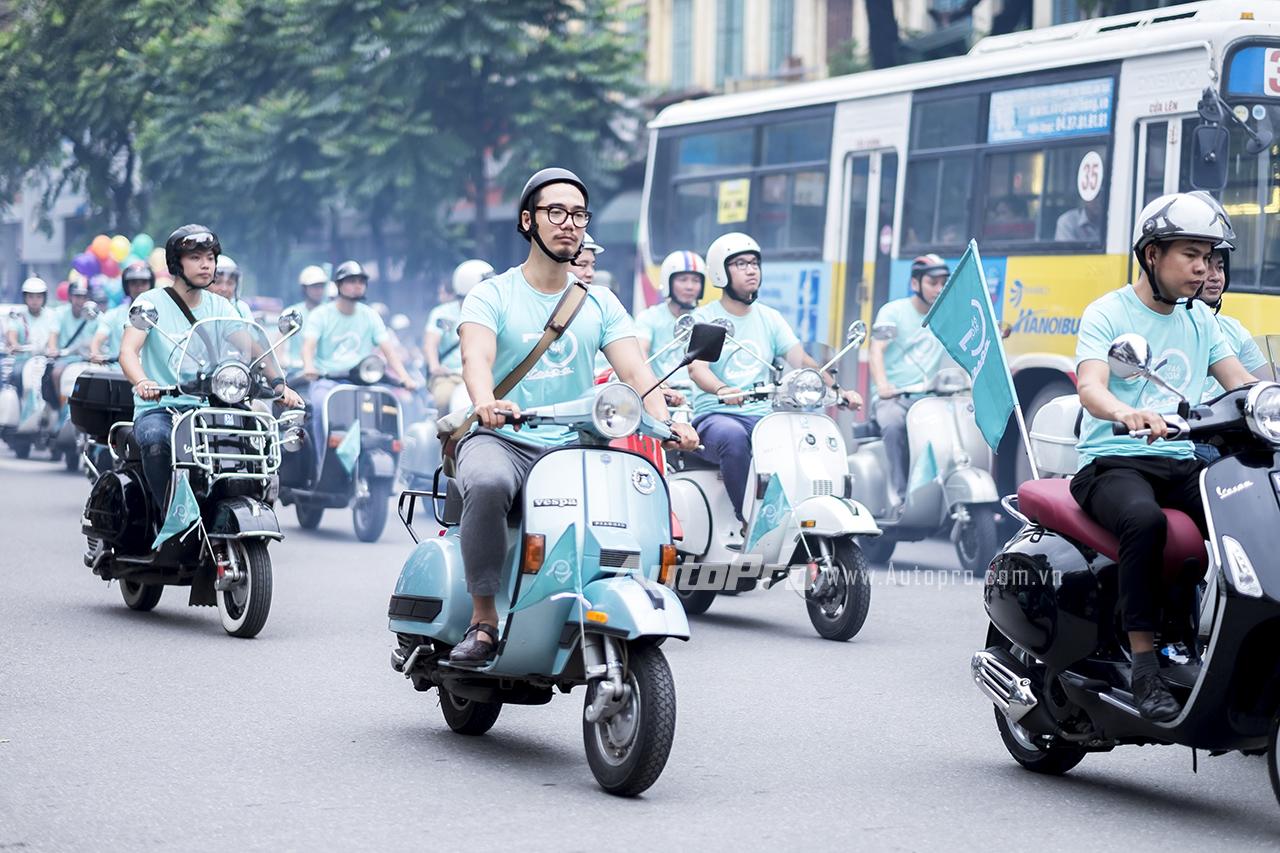 Đoàn xe Vespa diễu hành trên phố thu hút được sự chú ý của nhiều người đi đường bởi những âm thanh đặc trưng của Vespa.