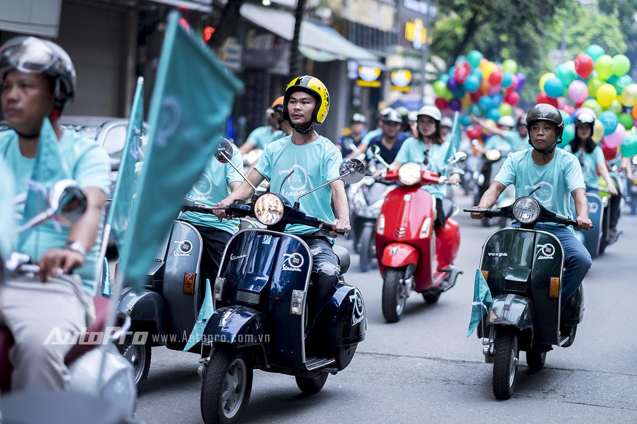 Thay vì phong cách cổ điển, chuyến diễu hành lần này của các xe Vespa lại mang màu sắc tươi mới hơn.