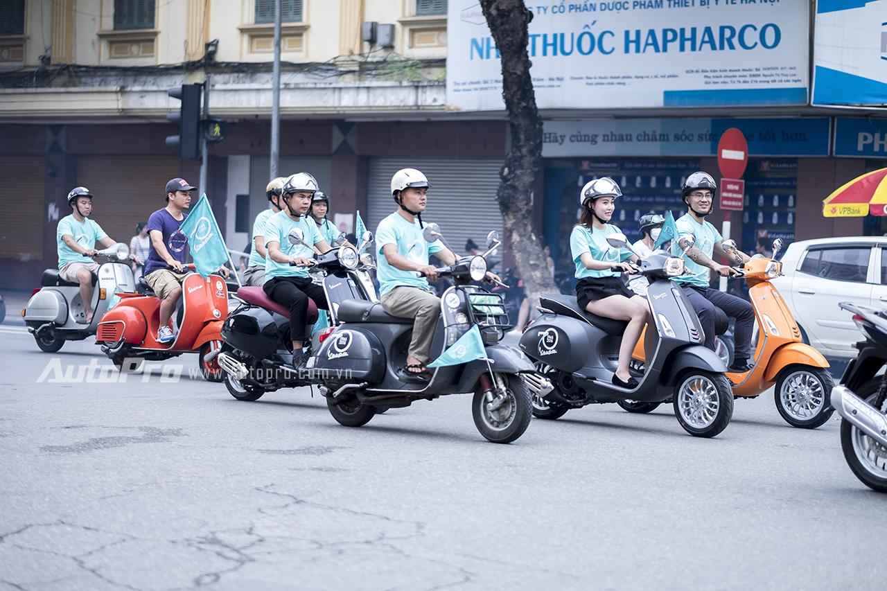 Đoàn xe Vespa dù đông những vẫn đi đứng chấp hành đầy đủ luật giao thông.