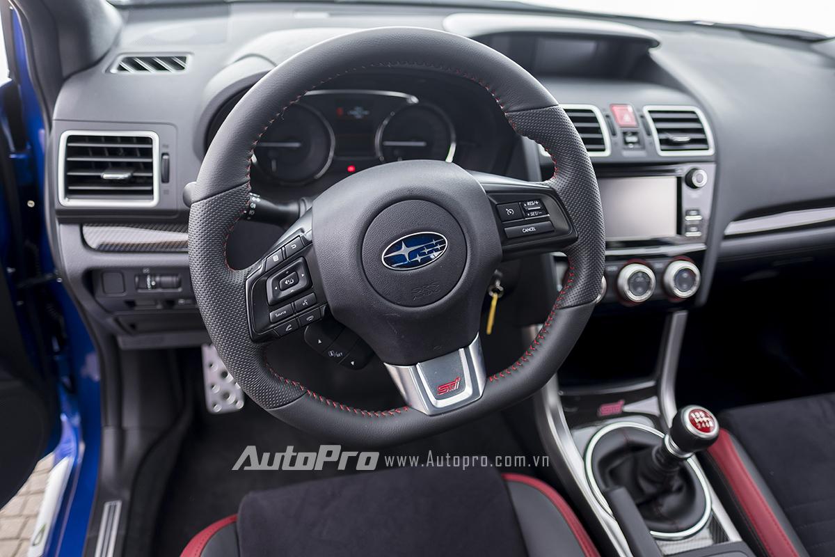 Vô-lăng ba chấu thể thao cùng hàng loạt nút bấm được trang bị trên Subaru WRX STi.
