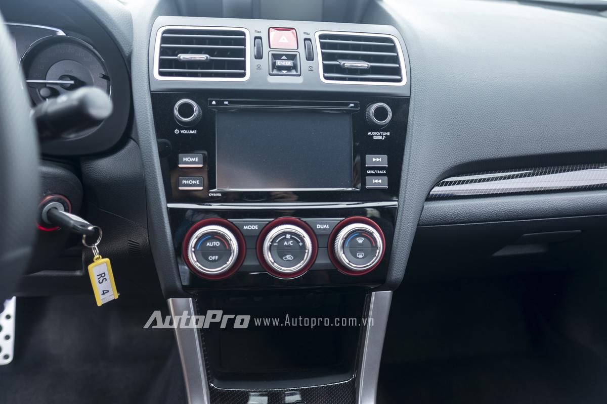 Chiếc xe Subaru WRX STi mà Russ Swift sử dụng chính là mẫu xe thương mại của dòng xe này nên bên trong xe vẫn được trang bị đầy đủ các tính năng như những chiếc xe WRX STi được bán ra tại thị trường Việt Nam với điều hoà tự động 1 vùng, màn hình hiển thị thông tin,...