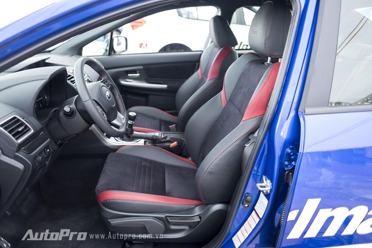 Subaru WRX STi được trang bị ghế thể thao với chất liệu da và nỉ kết hợp.