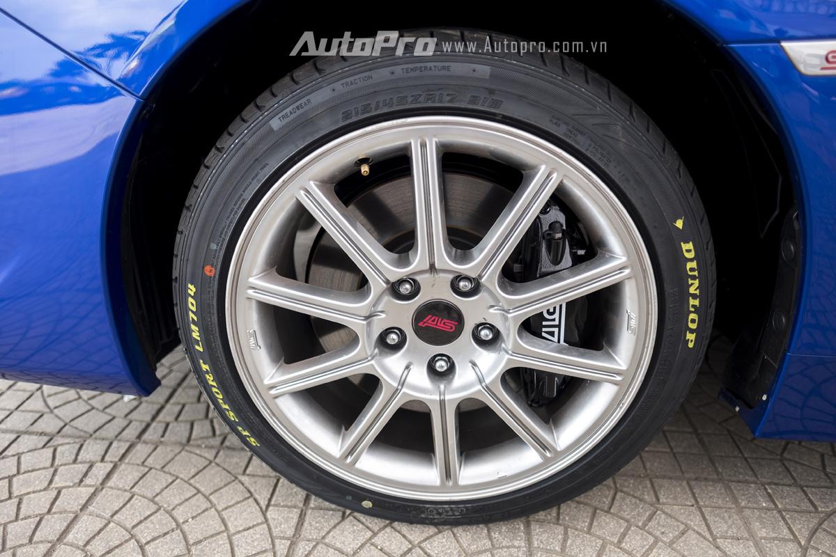 Subaru WRX STi được trang bị lốp Dunlop thể thao SP Sport và bộ vành thể thao 8 chấu.