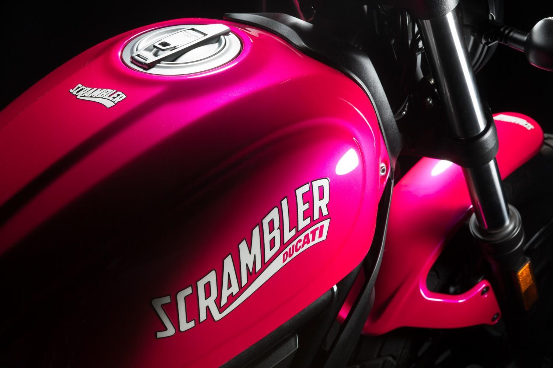 Ducati khoác áo mới cho Scrambler Sixty2 cũng như thay tem mới để mẫu xe mềm mại hơn cho khách hàng nữ.