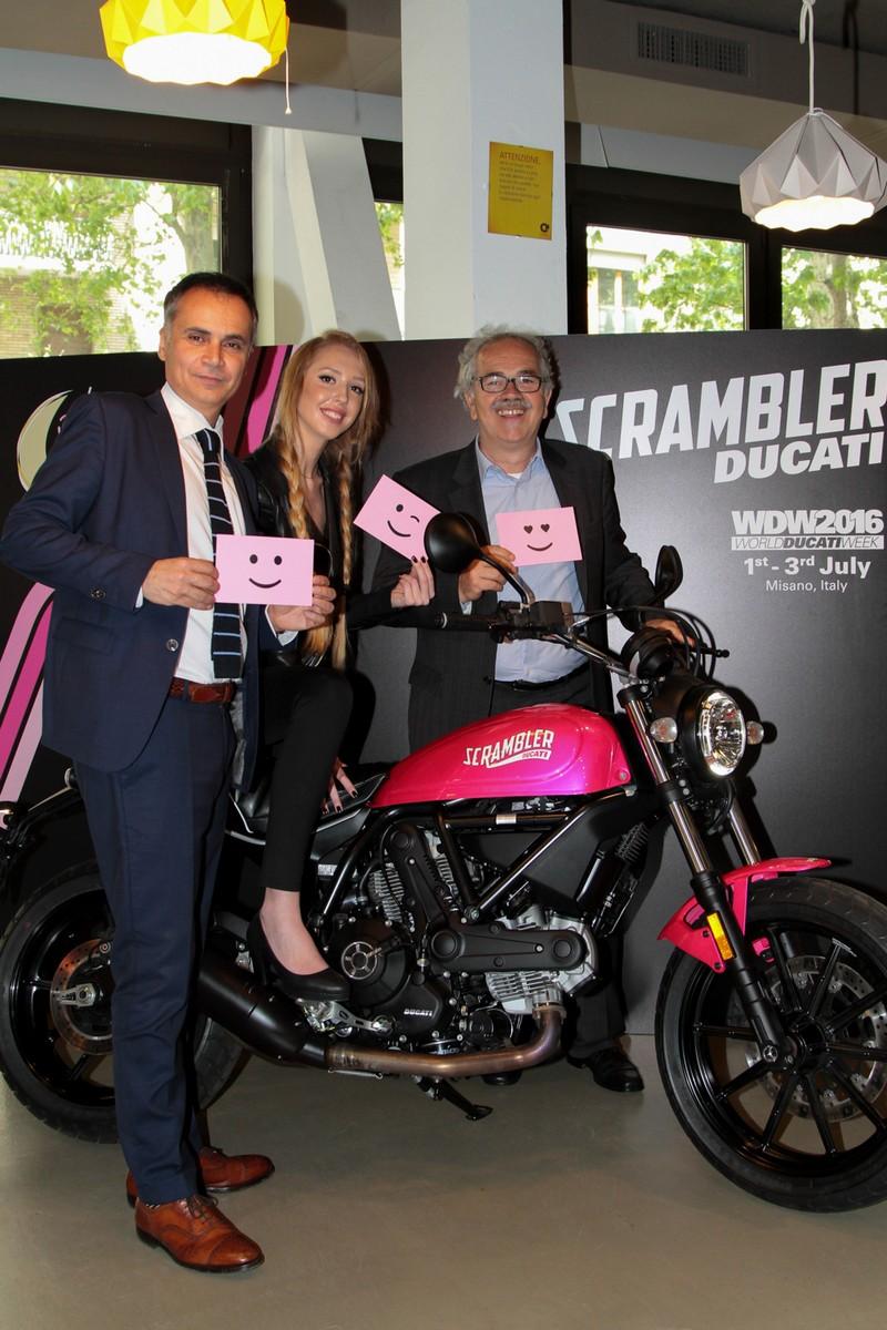Màu sơn hồng nữ tính có thể khiến Ducati Scrambler Sixty2 phiên bản đặc biệt thu hút chị em hơn.