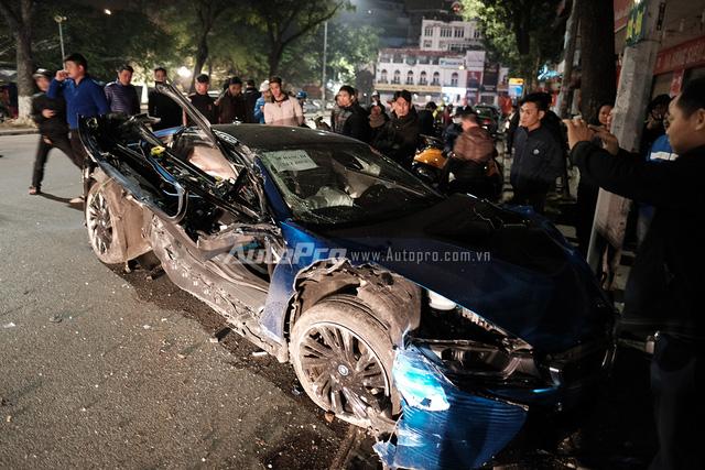 Chiếc BMW i8 hư hỏng nặng trong vụ tai nạn thứ hai.