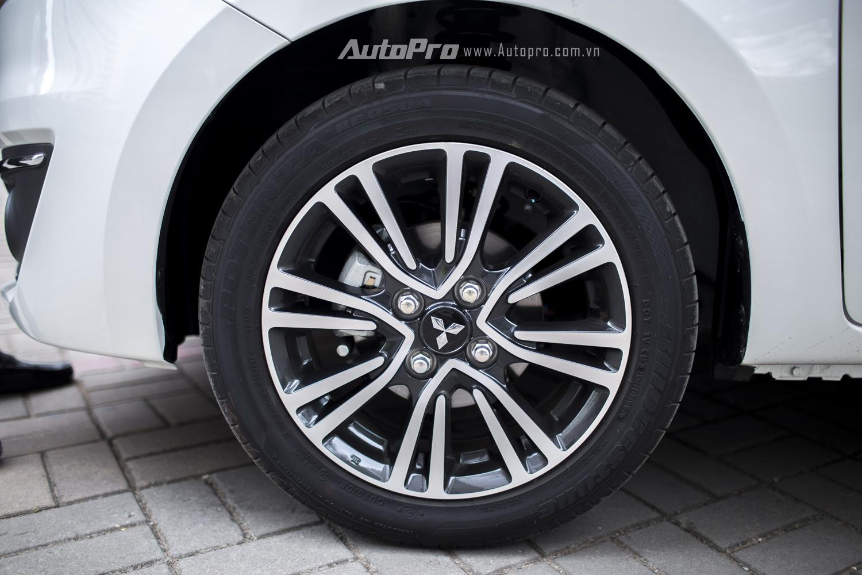 Xe được trang bị lốp kích thước 175/55-R15 với hệ thống phanh đĩa ở bánh trước.